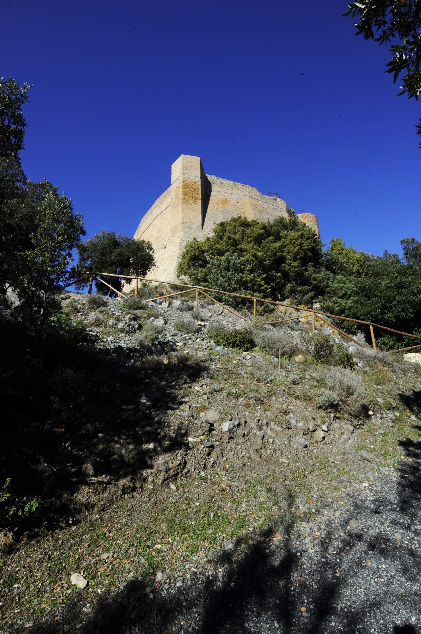 Veduta della Rocca Sillana, nel comune di Pamarance