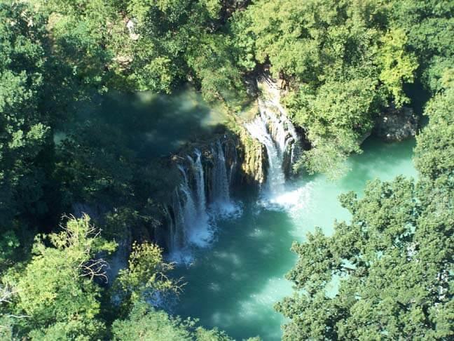 Veduta dall'alto delle cascate del Parco fluviale dell'Alta Val d'Elsa a Colle Val d'Elsa