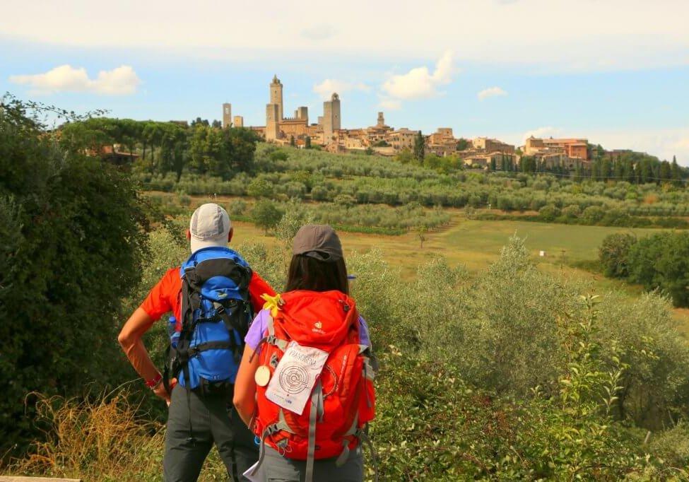 Escursionisti percorrono la Francigena fino a San Gimignano